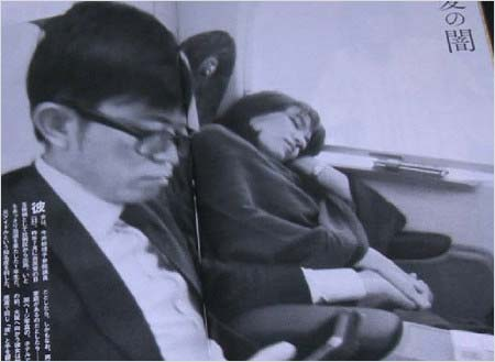 週刊新潮が撮影した新幹線の車内で手繋ぎの橋本健議員&今井絵理子議員