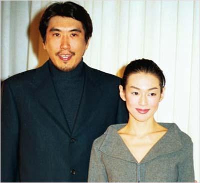 鈴木保奈美と石橋貴明の結婚会見時の写真