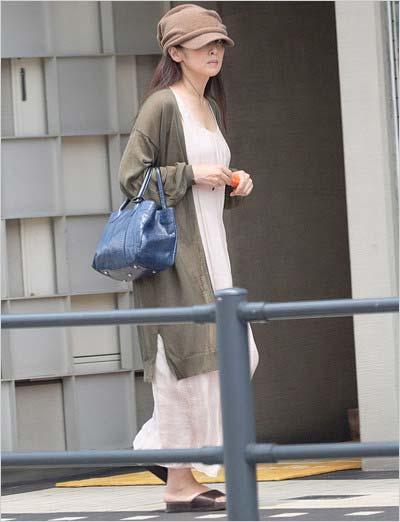 週刊文春が撮影した密会場所のマンションを訪れる斉藤由貴