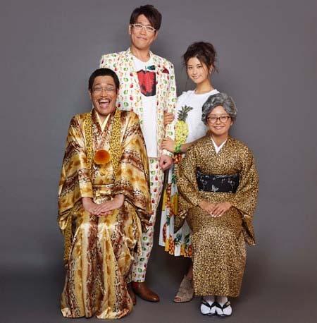 ピコ太郎、古坂大魔王、安枝瞳、多味の4ショット写真1枚目