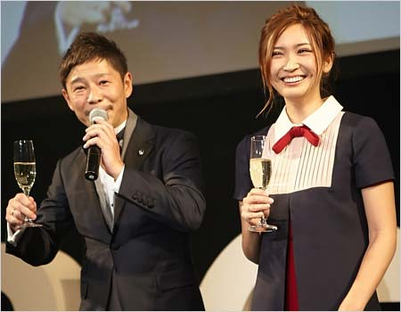 紗栄子と前澤友作社長のツーショット、スタートトゥデイの大忘年会にて