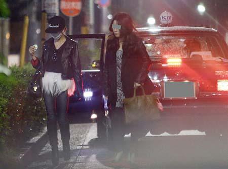 フライデー撮影、タクシーを降りる板野友美と知人女性