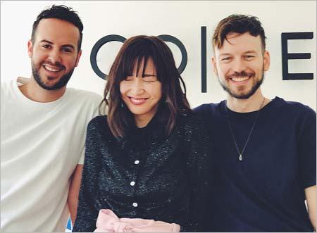 紗栄子と『CO|TE(コート)』のデザイナー、フランチェスコ・フェラーリさん、トマゾ・アンフォッシさん