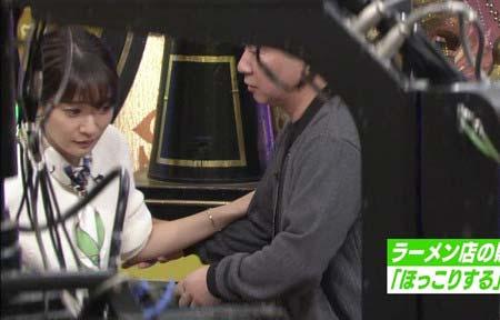 吉田明世アナを椅子に促す爆笑問題・田中裕二2枚目