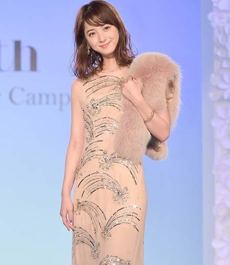 ドレス姿の佐々木希