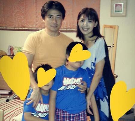 安東弘樹アナと妻・川幡由佳、息子2人との写真