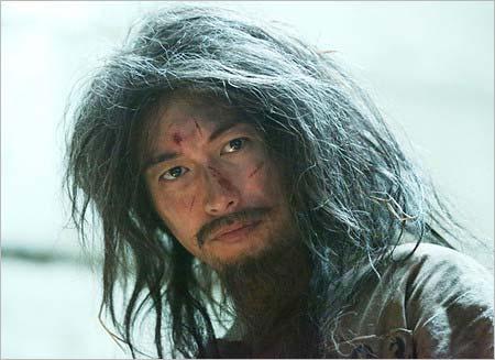 『モンテ・クリスト伯 -華麗なる復讐-』第1話~第2話のワンシーン、ヒゲに長髪姿のディーン・フジオカ
