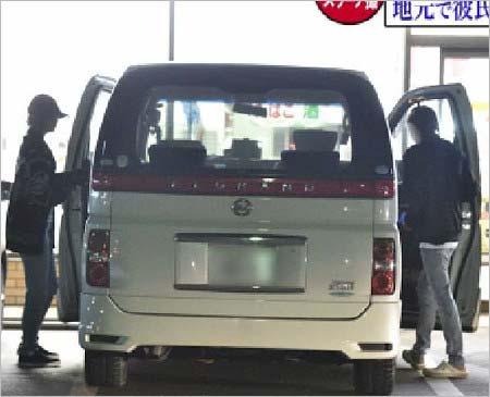 コンビニから出てきて車に乗る志田愛佳と彼氏