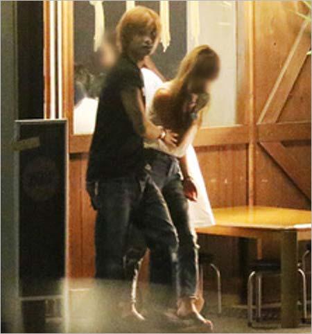 週刊文春が撮影した橋本良亮とギャル風モデル美女の焼き鳥デート