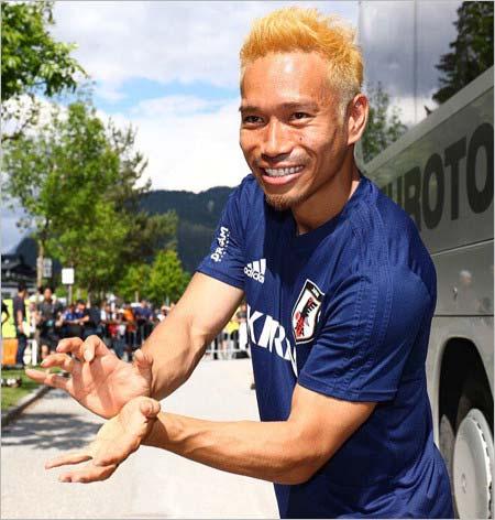 黒髪から金髪に染めた長友佑都選手