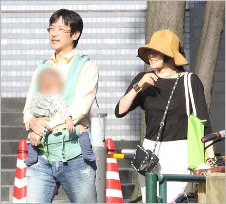 イクメンの堺雅人が子供を抱きかかえ、妻・菅野美穂が笑顔を見せている家族写真