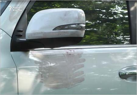 強盗がミラーを盗んだデニス・テンの愛車(ミラーアップと血痕?)