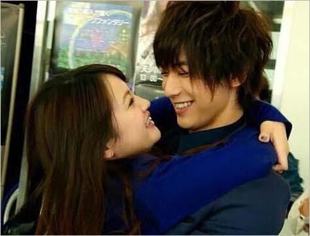 『仮面ライダーフォーゼ』で共演の吉沢亮と志保が見つめ合い、抱き合っている写真