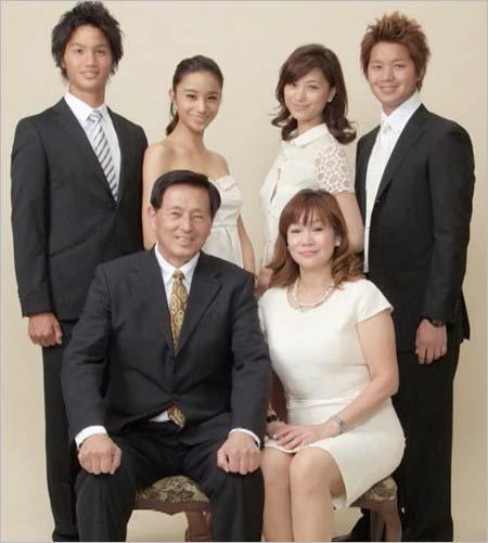 高橋ユウ&高橋メアリージュンの家族、父親と母親、弟たちとの写真