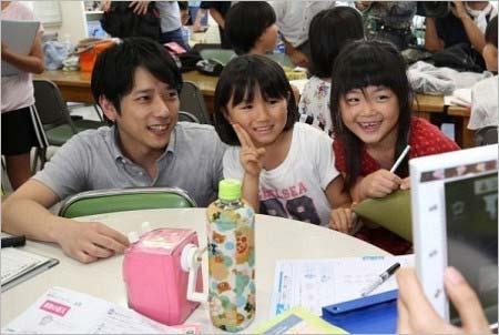 倉敷市真備町の小学校(避難所)を訪問し、小学生たちと触れ合う二宮和也