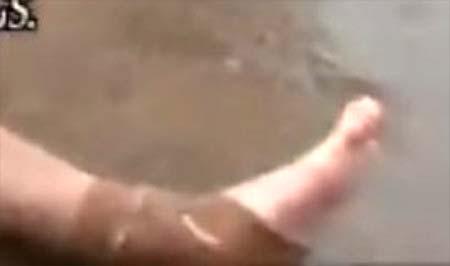 テーピングを巻き、タトゥー隠し疑惑浮上の手越祐也の足写真