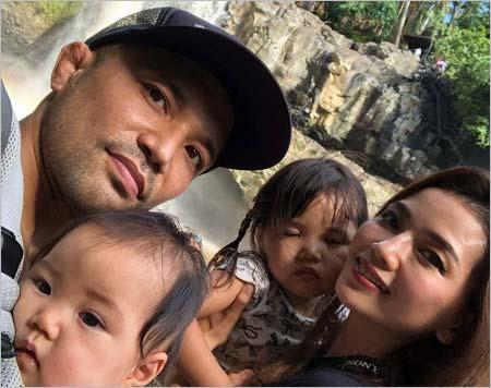 山本KID徳郁と妻・結衣、長女・千、次女・虎の家族写真