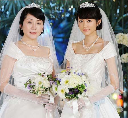 ウェディングドレス姿の桐谷美玲と松坂慶子