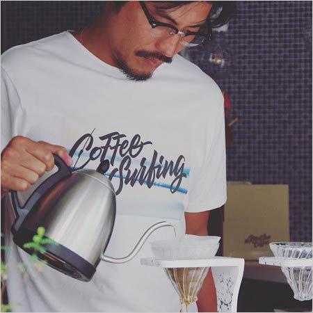 コーヒー屋で働く坂口憲二