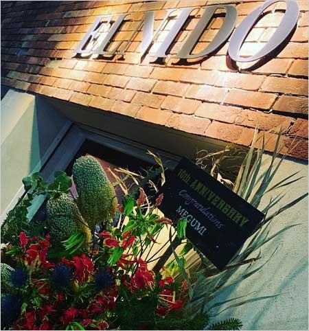降谷建志(kj)が経営バー『ELNIDO』MEGUMIが祝いの花