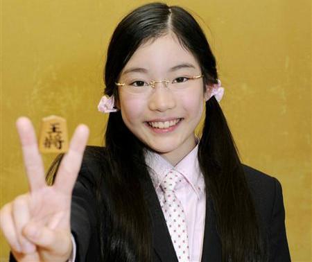 元女流棋士・竹俣紅が小学生時代のメガネ姿の顔写真