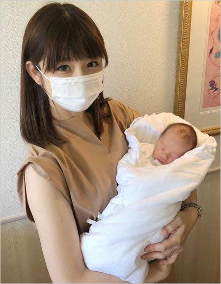 小倉優子が第3子出産、赤ちゃんとの写真