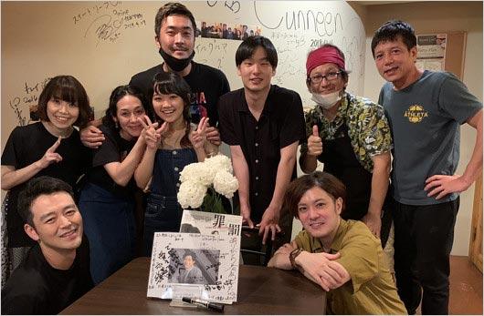 三浦春馬の追悼会に勝村政信らが参加、笑顔でピース写真