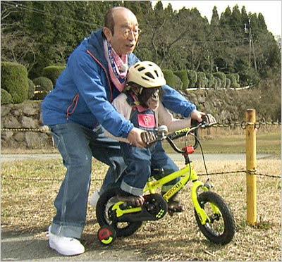 志村けんがプリンちゃんに自転車を教える姿