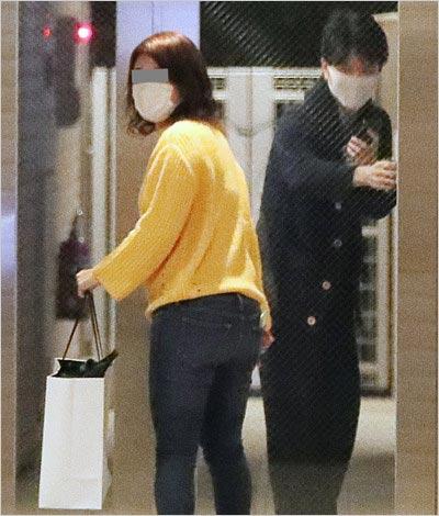 渋野日向子の彼氏・野沢春日アナウンサーがプレゼントを受け取る場面、フライデー撮影写真