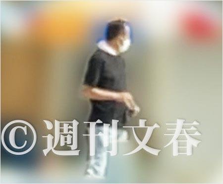 海の家で働く門倉健の画像(週刊文春撮影)