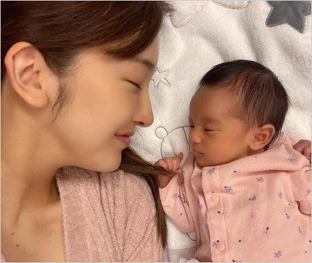 板野友美と娘の画像